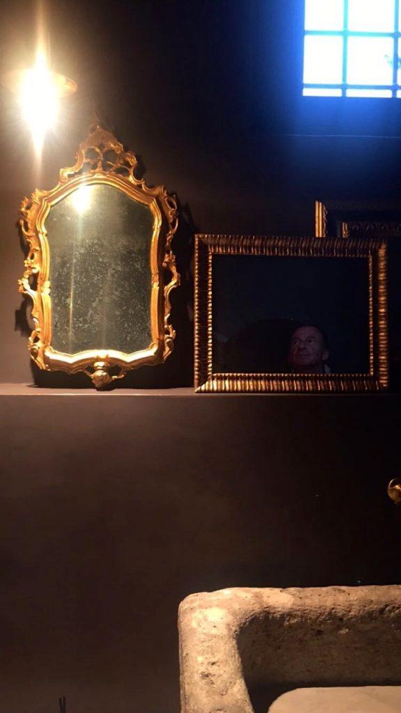 Os inúmeros detalhes são geniais!  Como os espelhos antigos apoiados no lavabo