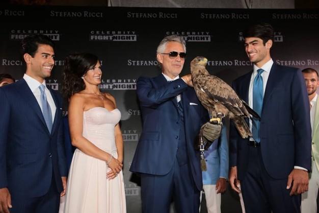 Andrea Bocelli com a águia sua esposa e dois filhos