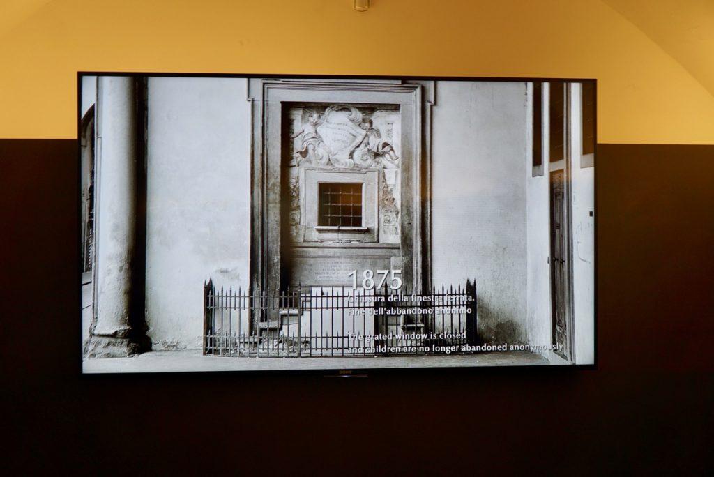 As crianças eram abandonadas anonimamente nesta janela. Em 1800 foi fechada proibindo o abandono.