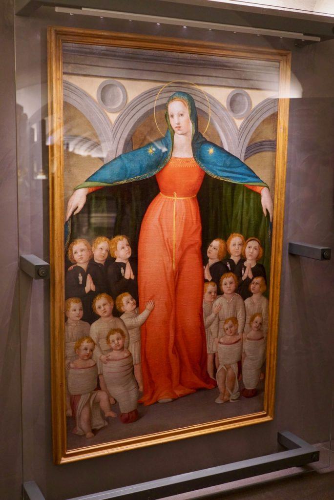 Essa Nossa Senhora degli Innocenti não segura só um bebê... acolhe todos... como o hospital. As crianças que vinham abandonadas aqui adotavam o sobrenome de Innocenti. Existem vários descendentes em Florença.
