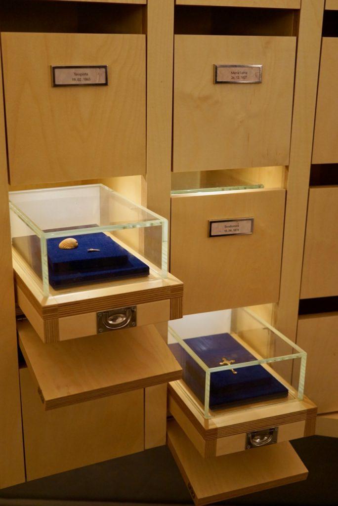 Cada uma destas gavetas têm o nome de uma criança e dentro os pertences como medalhões que estavam com o bebê abandonado.